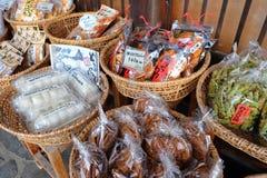 De Japanse lokale snacks worden verkocht binnen shirakawa-gaan, Gifu, Japan Stock Afbeelding