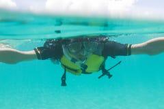 De Japanse mens geniet van snorkelend in Okinawa, Japan stock afbeeldingen