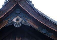 De Japanse oude achtergrond van de het dak zwarte houten decoratie van de heiligdomingang stock foto