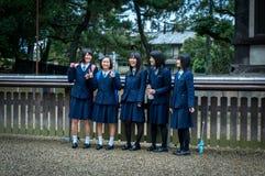 DE JAPANSE SCHOOLmeisjes IN EENVORMIG Stock Foto
