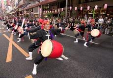 De Japanse slagwerkers van festivaltaiko Stock Afbeelding