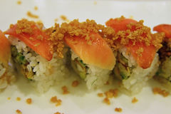 De Japanse stijl van broodjesuramaki met rijst buiten en zeewiernori binnen scherpe nadruk op de ruwe zalm Stock Afbeelding