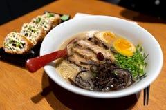 De Japanse stijlnoedel sneed chashuthickly varkensvlees Ramen stock afbeeldingen