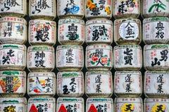 De Japanse traditionele vaten van het alcoholbelang bij Meiji Jingu-heiligdom stock foto's