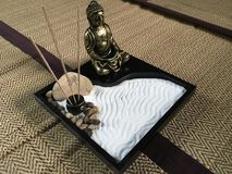 De Japanse tuin van het zendienblad met het standbeeld van bronsboedha stock afbeeldingen
