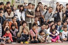 De Japansemensen die op straat letten tonen stock fotografie