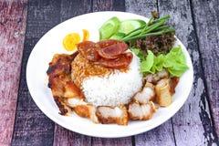 De jasmijnrijst met vlees en gekookt ei bedekte rode zoete saus Stock Fotografie