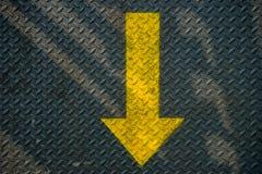 De jaune flèche et acier vers le bas Photo stock