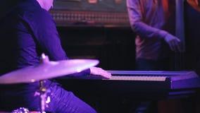 De jazzband speelt muziek bij het overleg stock footage