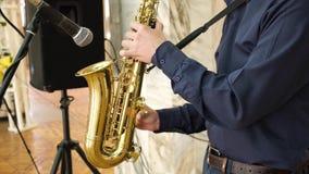 De jazzmusicus speelt de saxofoon stock videobeelden