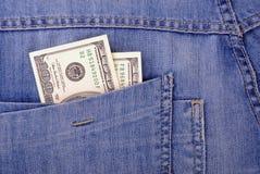 De jeans in eigen zak steken hoogtepunt van geld Royalty-vrije Stock Foto