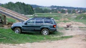 De jeep keert zich bij het drijven van veelhoeken om stock videobeelden
