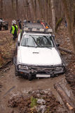 De jeep trekt de auto uit de modder Stock Foto's