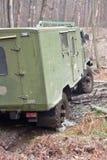 De jeep trekt de auto uit de modder Royalty-vrije Stock Fotografie