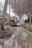 De jeep trekt de auto uit de modder Royalty-vrije Stock Afbeelding