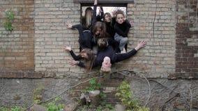 De jeugd bij de concepten van de ruïnesvrijheid stock footage