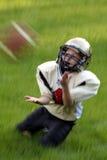 De jeugd die Voetbal vangt Royalty-vrije Stock Foto's