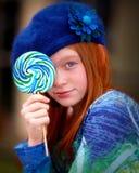 De jeugd met lolliepop in blauw Royalty-vrije Stock Afbeeldingen