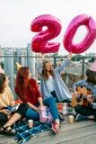 De jeugd 20 onbezorgde de partijvrijheid van het verjaardagsdak stock afbeeldingen