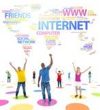De jeugd Sociaal Voorzien van een netwerk en een Word Wereldkaart Stock Foto's