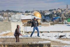 De jeugd van Jeruzalem het spelen sneeuwballen Stock Afbeeldingen