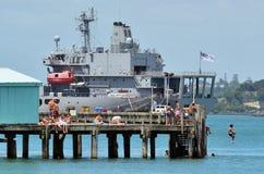 De jeugd van Nieuw Zeeland sunbath en sprong van Devonport-pijler royalty-vrije stock fotografie