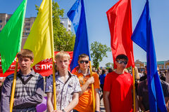 De jeugd van patriottische partij BRSM houdt vlaggen op celebrati Stock Afbeelding