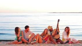 De jeugd zingt en speelt emotioneel gitaar stock video