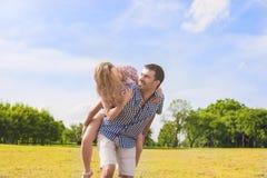 De jeugdlevensstijl, de Zomervakanties, het Dateren, Liefde, Geluk Conce Royalty-vrije Stock Afbeeldingen