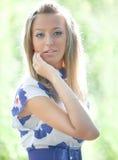 De jeune femme d'offre verticale à l'extérieur Photos libres de droits