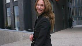 De jeune femme rotation joyeux sur la rue banque de vidéos