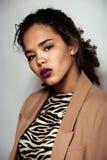 De jeunes femme pelée par noir assez Photographie stock libre de droits