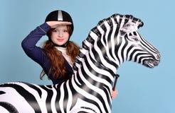 De jockeydromen van het roodharigemeisje van paarden Stock Fotografie