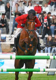 De jockeysprongen door een hindernis Stock Fotografie