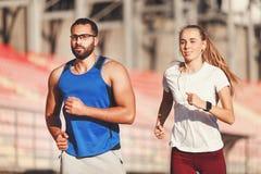 De Jogging van het Sportishpaar bij het Voetbalstadion stock afbeeldingen