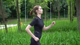 De jogging van de vrouwenagent buiten Training opleiding voor sprint Langzame motie stock videobeelden