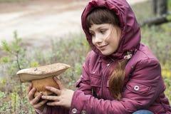De jolis regards de fille au champignon ont été trouvés Photo stock