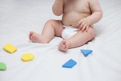 De jong geitjepeuter speelt met stuk speelgoed blokken royalty-vrije stock foto
