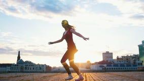 De jonge aantrekkelijke ballerina in pointe en voert esthetisch elegant balletdans op het vierkant in de stad uit stock videobeelden
