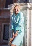 De jonge aantrekkelijke blonde vrouw in Rome kijkt beneden en glimlach Royalty-vrije Stock Foto