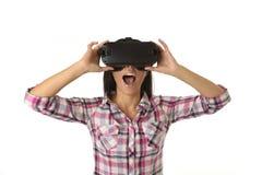 De jonge aantrekkelijke gelukkige vrouw wekte het gebruiken van 3d beschermende brillen op lettend 360 op het virtuele werkelijkh Stock Foto