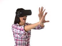 De jonge aantrekkelijke gelukkige vrouw wekte het gebruiken van 3d beschermende brillen op lettend 360 op het virtuele werkelijkh Royalty-vrije Stock Fotografie