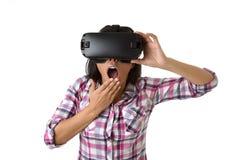 De jonge aantrekkelijke gelukkige vrouw wekte het gebruiken van 3d beschermende brillen op lettend 360 op het virtuele werkelijkh Stock Foto's