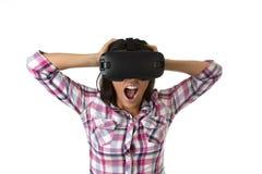 De jonge aantrekkelijke gelukkige vrouw wekte het gebruiken van 3d beschermende brillen op lettend 360 op het virtuele werkelijkh Royalty-vrije Stock Foto's