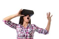 De jonge aantrekkelijke gelukkige vrouw wekte het gebruiken van 3d beschermende brillen op lettend 360 op het virtuele werkelijkh Stock Afbeelding