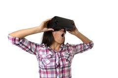 De jonge aantrekkelijke gelukkige vrouw wekte het gebruiken van 3d beschermende brillen op lettend 360 op het virtuele werkelijkh Stock Afbeeldingen