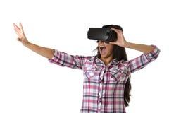 De jonge aantrekkelijke gelukkige vrouw wekte het gebruiken van 3d beschermende brillen op lettend 360 op het virtuele werkelijkh Royalty-vrije Stock Foto