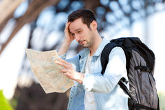 De jonge aantrekkelijke kaart van de toeristenlezing in Parijs Stock Afbeeldingen