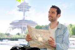 De jonge aantrekkelijke kaart van de toeristenlezing in Parijs Stock Afbeelding