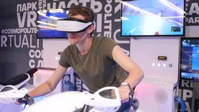 De jonge aantrekkelijke knappe kerel berijdt een motorfiets in virtuele werkelijkheid De vakantie, innovatie, het scherm, neon, f stock footage